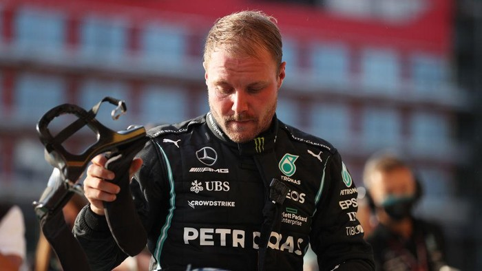 NORTHAMPTON, ENGLAND - JULY 16: Third fastest qualifier Valtteri Bottas of Finland and Mercedes GP takes off his helmet in parc ferme during qualifying ahead of the F1 Grand Prix of Great Britain at Silverstone on July 16, 2021 in Northampton, England. (Photo by Lars Baron/Getty Images)