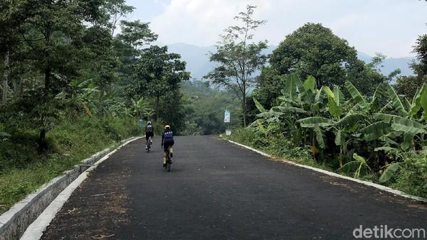 Rute Leuwi Pangaduan membentang dari bundaran Sentul Nirwana hingga ke area parkir wisata tracking Luwi Pangaduan. Jaraknya kurang dari 2 km dengan pemandangan lembah Sentul di sisi kanan dan bukit hijau di sisi kiri.