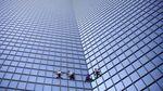 Aksi Spiderman Panjat Gedung Pencakar Langit di Paris