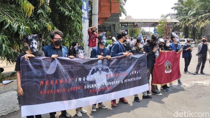 BEM Fakultas Hukum Universitas Brawijaya (UB) turun ke jalan. Mereka demo dalam peringatan 17 tahun kematian aktivis HAM Munir Said Thalib.