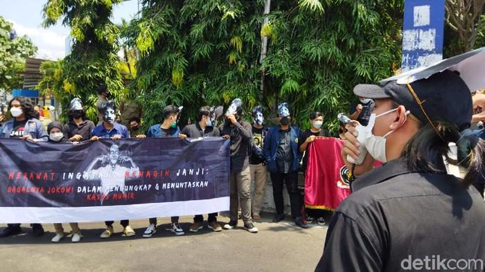 Badan Eksekutif Mahasiswa (BEM) Fakultas Hukum Universitas Brawijaya (UB) turun jalan. Sebagai peringatan 17 tahun kematian aktivis HAM Munir Said Thalib.
