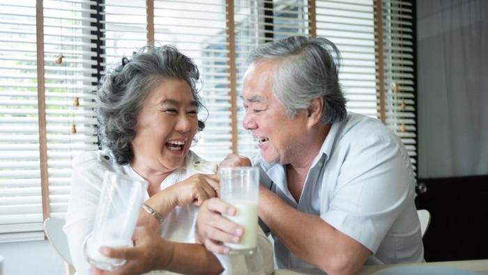 Ilustrasi susu untuk lansia.