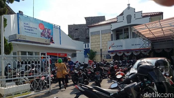 ASN di Pemkab Klaten mengeluhkan saldonya mendadak raib dan mendatangi Kantor Bank Jateng di Jalan Pemuda Tengah, Klaten, Selasa (7/9/2021).