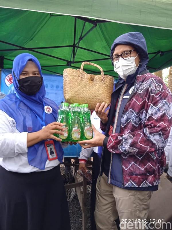 Menparekraf Sandiaga Uno menyampaikan apresiasi itu saat berkunjung ke Kampung Purun, Palam, Banjarbaru, pekan lalu. Kehadiran rumah produksi sabun cuci piring di pinggiran kota Banjarbaru karya Irwaningsih, ternyata mampu menyerap sejumlah tenaga kerja.