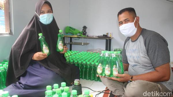 Bangkrut berjualan makanan saat pandemi COVID-19, ternyata malah membawa berkah bagi seorang ibu rumah tangga bernama Irwaningsih di Banjarbaru, Kalimantan Selatan. Dia banting stir menjadi pembuat sabun cuci piring.