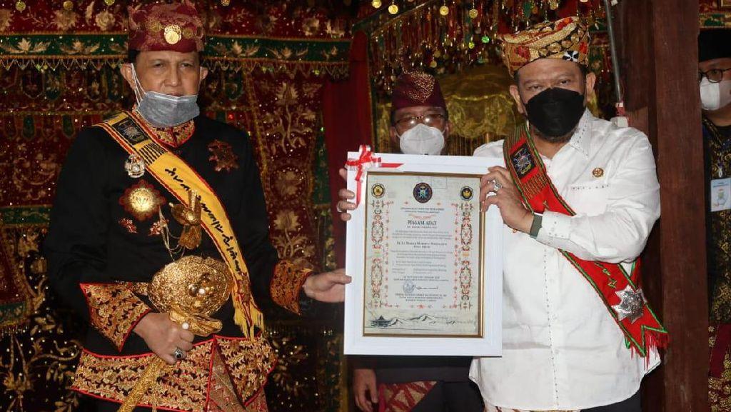 Ketua DPD Dapat Gelar Adat dan Pusaka Raja Kerajaan di Lampung