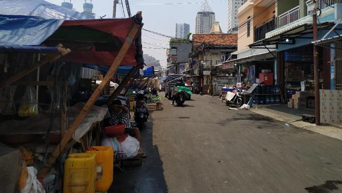 Pedagang yang dulu berjualan di area Pasar Kambing, kini berjualan di pinggir jalan.