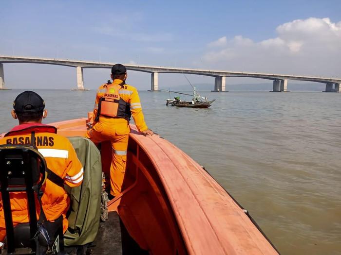 pencarian korban bunuh diri di Jembatan Suramadu