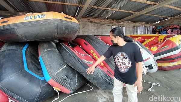 Imbas kebijakan PPKM, banyak tempat wisata ditutup. Tak terkecuali wisata rafting Sungai Elo di Magelang. Akibatnya, banyak perahu rafting yang nganggur dan rusak. Peralatan tidak terpelihara dengan baik karena sama sekali tidak ada pendapatan. (Eko Susanto/detikTravel)
