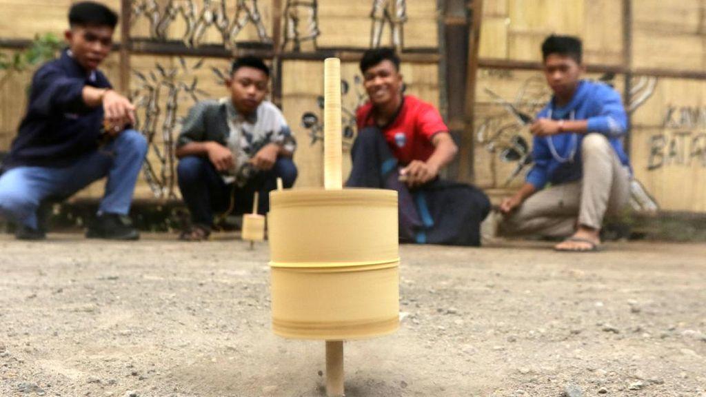 Serunya Nostalgia Gasing Bambu