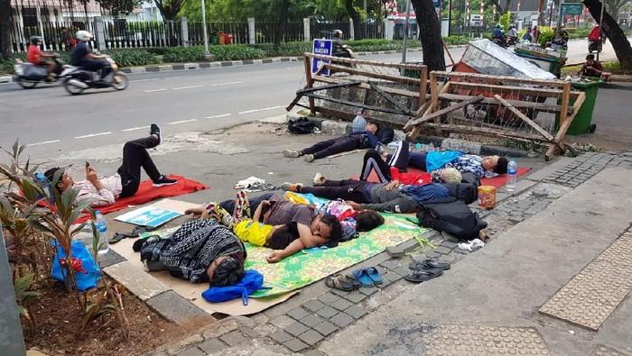 Pilu pencari Suaka WN Afghanistan yang tiduran di trotoar Kebon Sirih karena tendanya dibongkar Satpol PP
