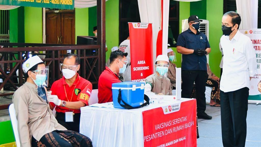 Tinjau Vaksinasi di Sekolah-Ponpes di Ponorogo Jatim, Jokowi Apresiasi TNI-Polri