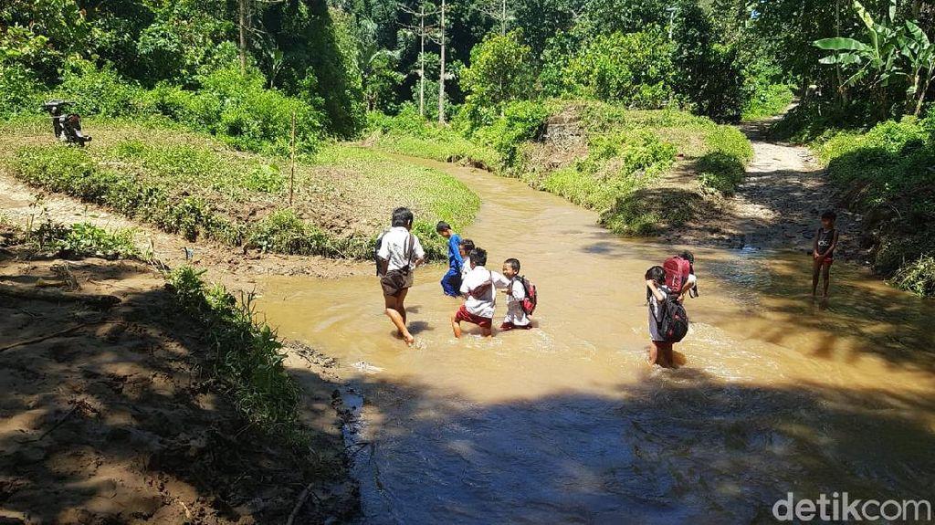Heboh Siswa Seberangi Sungai ke Sekolah, Pemkab Polman Bakal Bangun Jembatan