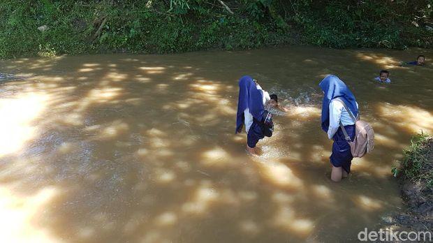 Siswa di Polman, Sulbar bertaruh nyawa seberangi sungai saat ke sekolah.