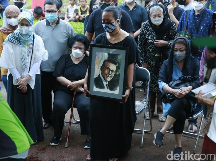 Suasana Pemakaman Koes Hendratmo