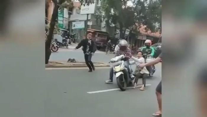 Tangkapan layar video viral debt collector rampas motor ojol di Jakbar (dok.istimewa)