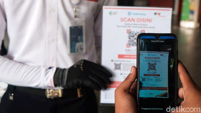 PT Kereta Commuter Indonesia (KCI) mulai menguji coba penggunaan aplikasi PeduliLindungi bagi calon penumpang KRL. Uji coba digelar di 11 stasiun.