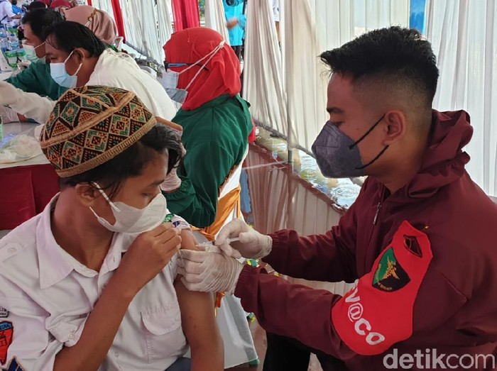 Polisi Banyuwangi menggelar vaksinasi serentak bagi pesantren dan rumah ibadah. Ini merupakan sinergi Polri dan Staf Khusus Presiden RI, Aminuddin Maruf.