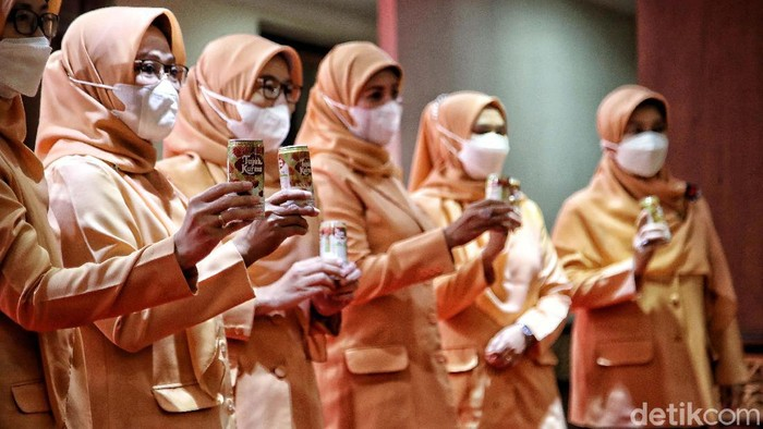 Dharma Wanita Persatuan (DWP) Provinsi DKI Jakarta menerima bantuan susu kurma. Susu kurma ini akan dibagikan untuk Nakes di wilayah DKI Jakarta.