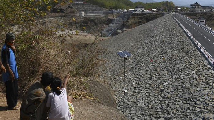 Presiden Joko Widodo meresmikan Bendungan Bendo pada Selasa (7/9) kemarin. Bendungan yang ada di Ponorogo itu diketahui dibangun dengan biaya Rp 1,1 triliun.