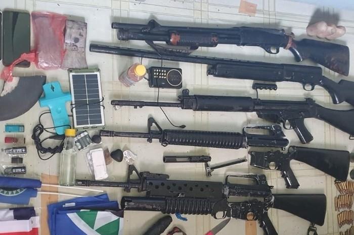 Dua orang diduga anggota KKB ditangkap di Kabupaten Pegunungan Bintang, Papua. Dari keduanya, disita 5 senjata api laras panjang berbagai jenis. (ANTARA/HO/Penerangan Korem 172/PWY)