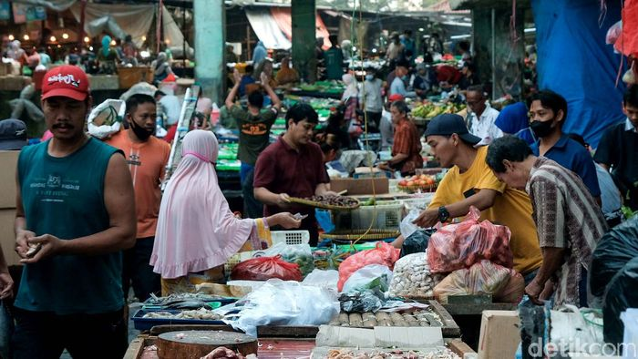 Aktivitas perekonomian di Pasar Minggu tampak bergeliat di tengah pemberlakuan PPKM level 3 di Ibu Kota. Berikut penampakannya.