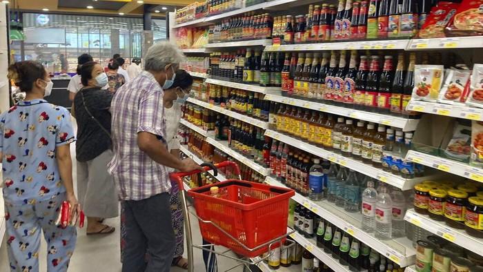 Supermarket di Myanmar ramai didatangi warga usai muncul deklarasi 'perang defensif rakyat' lawan junta militer. Aksi itu picu panic buying di masyarakat.