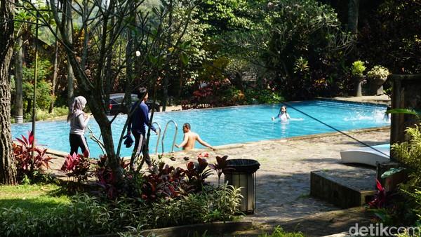 Kolam renang di Jambuluwuk Convention Hall & Resort Puncak, Bogor ada dua buah yang diperuntukkan tamu dari berbagai vila. Bila ingin kolam renang pribadi, traveler bisa menyewa Vila Djakarta.