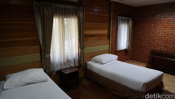 Vila Parahyangan yang kami tempati memiliki empat kamar tidur yang disertai kamar mandi, dua ruang keluarga, teras atas dan bawah, dan satu dapur. Semua ruangan begitu luas dengan dua tangga menghubungkan antar lantai.