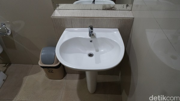 Empat kamar yang kami tempati begitu luas dan tentunya bersih. Kamar mandi pun terbilang minimalis, lega, dan lengkap fasilitasnya, mulai dari shower air hangat hingga wastafel.