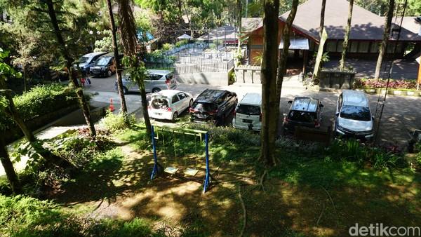 Area parkir di Jambuluwuk Convention Hall & Resort Puncak, Bogor terbilang besar. Anda bisa memarkir kendaraan di depan vila atau di beberapa bagian lainnya.