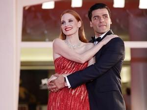 Viral Jessica Chastain dan Oscar Isaac Mesra di Karpet Merah, Tuai Pujian