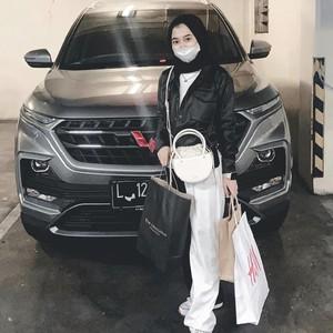 Viral Bikin Iri, Aksi Wanita Pamer Dikasih iPhone Hingga Mobil oleh Pacar