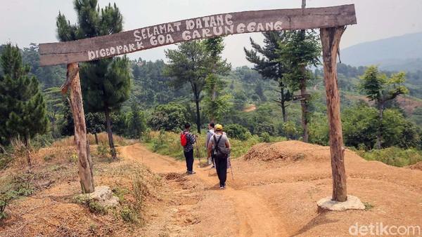 Gua Garunggang bisa ditempuh dengan berjalan kaki sekitar 1,5-2 jam dari lokasi parkir kendaraan.