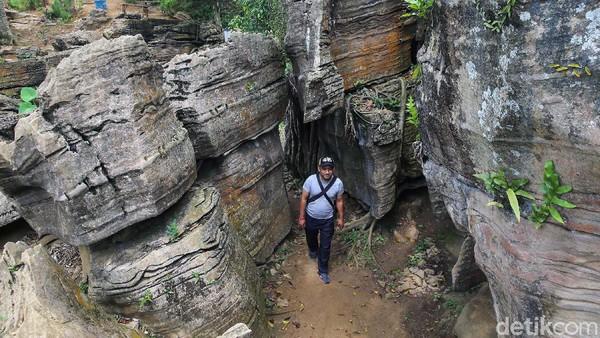 Anda bisa mencari jasa tour guide untuk membawa anda sampai ke gua garunggang.