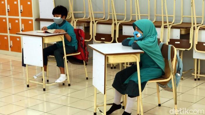 Sejumlah sekolah di Kota Bandung mulai gelar pembelajaran tatap muka (PTM) secara terbatas hari ini. PTM itu digelar dengan terapkan protokol kesehatan.
