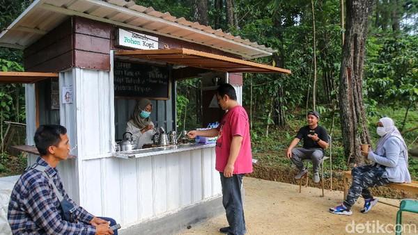 Anda juga bisa menyeruput kopi di kedai Bawah Pohon Kopi.