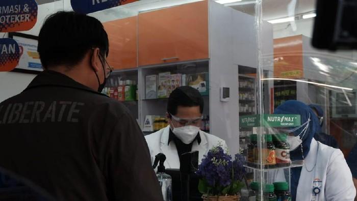Menteri BUMN Erick Thohir melayani pembeli obat di apotek Kimia Farma