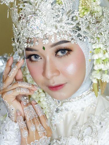MUA viral yang merias sendiri wajahnya saat menikah.