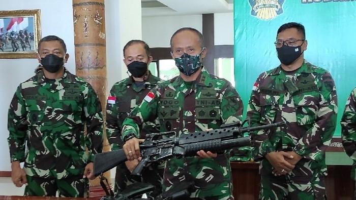 Pangdam XVII/Cenderawasih Mayjen TNI Ignatius Yogo Triyono memegang senjata api jenis M 16 buatan AS dari teroris KKB. (ANTARA/Evarukdijati)