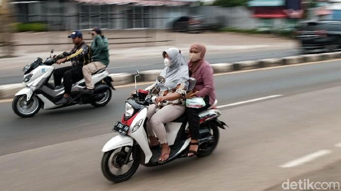 Di Jalan Raya Parung, Bogor kerap ditemukan pemotor yang tidak menggunakan helm. Aksi ini tentunya berpotensi mencelakakan diri sendiri.