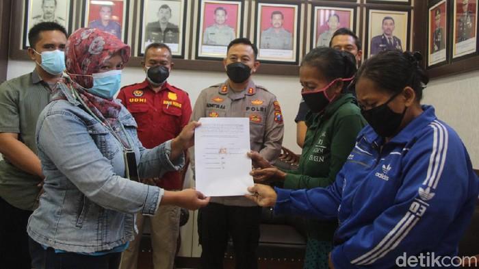 Dua emak-emak yang ketahuan mencuri susu dan minyak telon dibebaskan dari ancaman hukuman tujuh tahun penjara. Polres Blitar melakukan mediasi dengan korban, hingga bersedia mencabut laporan.
