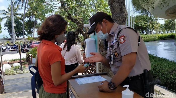Pengunjung mal di Bali wajib pakai aplikasi PeduliLindungi (Sui Suadnyana/detikcom)