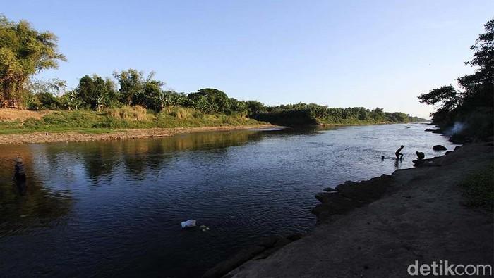Sungai Bengawan Solo tercemar industri rumah tangga ciu. Pencemaran terjadi dari hulu yakni tempuran kali Samin.
