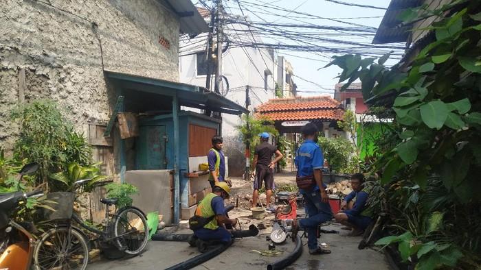 Petugas PAM Jaya perbaiki pipa air bersih di Jl Pademangan IV, Pademangan Timur