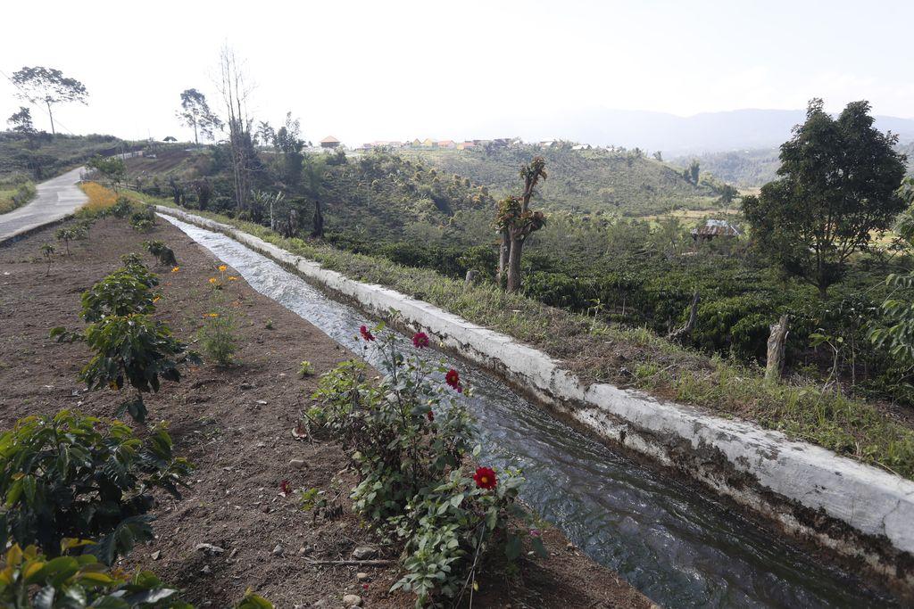 prinsipnya PLTMH memanfaatkan beda ketinggian dan jumlah debit air per detik yang ada pada aliran air saluran irigasi, sungai atau air terjun.