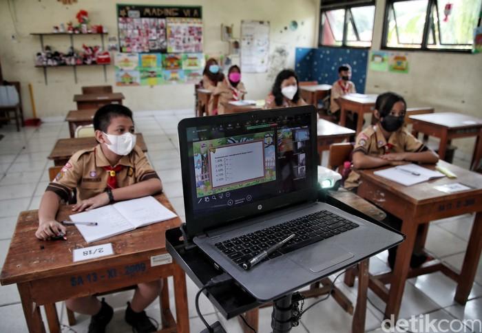 Guru memberikan materi pelajaran saat Pembelajaran Tatap Muka Terbatas di kawasan SDN 13 Pagi Sunter Agung, Jakarta Utara, Rabu (8/9).