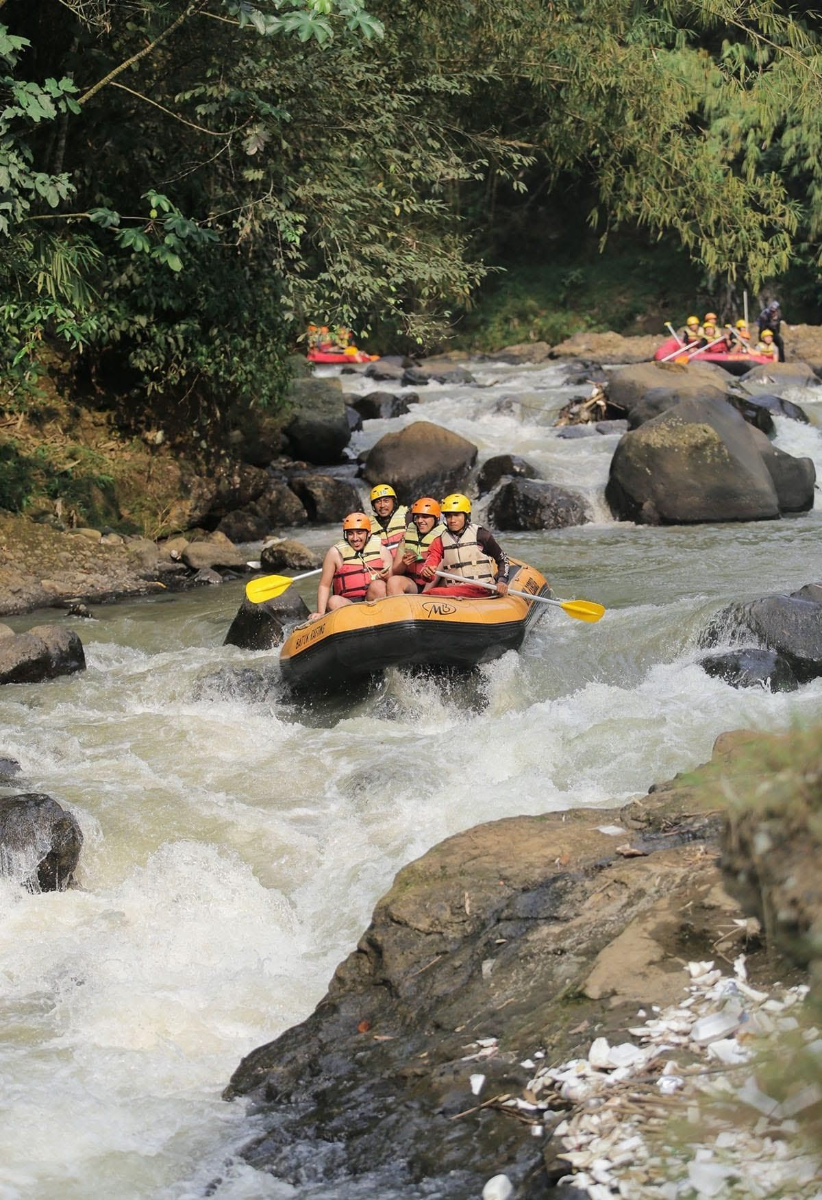 Rafting di Desa Wisata Batulayang, Jawa Barat.
