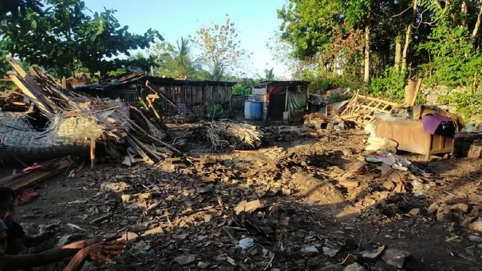 Rumah milik Partilah (62) di Bantul yang ambruk diterjang angin kencang