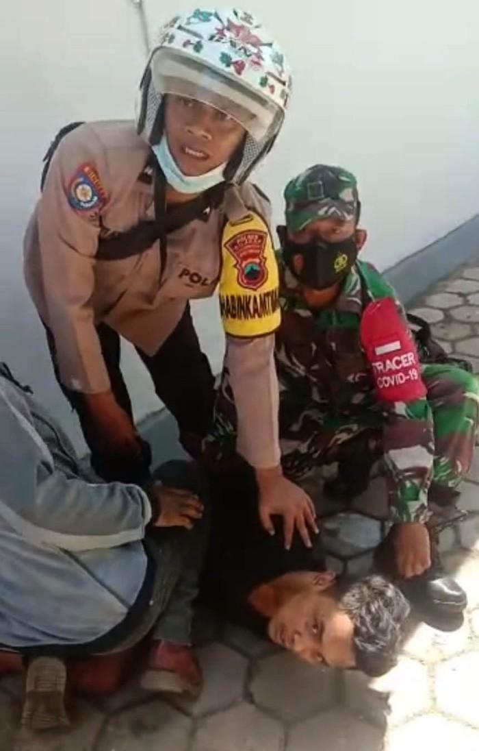 Pembunuhan sadis terjadi di Kabupaten Cilacap, Jawa Tengah, siang tadi. Seorang anak tega menghabisi nyawa ibu kandungnya sendiri dengan parang.